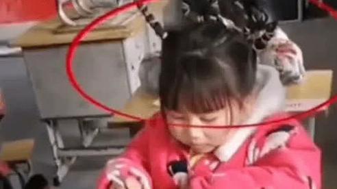 Cô bé tiểu học ngồi làm bài thi, mọi chuyện rất bình thường cho đến khi nhìn lên mái tóc, cô giáo phải thốt lên: Mẹ con bá đạo quá!