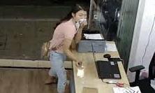Clip cô gái trẻ lấy mũ che mặt rồi nhanh tay trộm ĐTDĐ