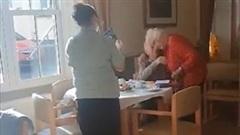 Khoảnh khắc xúc động: Cặp đôi gần 100 tuổi ôm nhau khóc sau 3 tháng xa cách