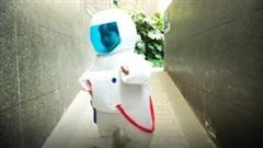 'Phi hành gia' 4 tuổi đi dạo phố gây sốt mạng xã hội