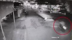 Khoảnh khắc nam thanh niên đi xe máy đâm vào nắp cống, lộn nhiều vòng