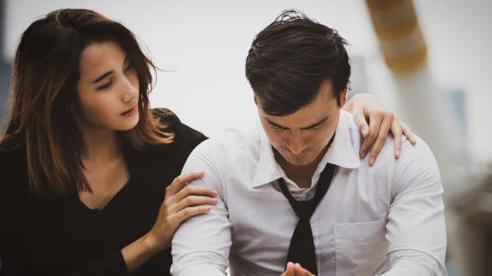 Thấy cậu bạn thân có bồ, tôi vội nói cho vợ bạn biết, phản ứng của cô ấy khiến tôi giật mình kinh hãi