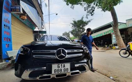 Chiều vợ được gì: Mua xế hộp Mercedes hơn 2 tỷ tặng vợ chơi Tết, người đàn ông tiếp tục gây choáng với màn bốc biển thần sầu, xe tăng giá gấp mấy lần!