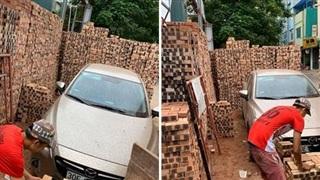 Đỗ xe gần đống gạch, khi quay trở lại chủ Mazda 'tiền đình' vì nghĩ cách tìm lối thoát