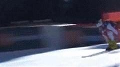 Thót tim khoảnh khắc VĐV ngã cắm mặt xuống đường ở tốc độ 140 km/h ngay trước vạch đích, nằm im bất động