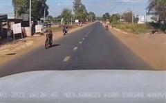 Thót tim khoảnh khắc tài xế đạp phanh 'cháy lốp' cứu sống 3 đứa trẻ ngay trước mũi ô tô