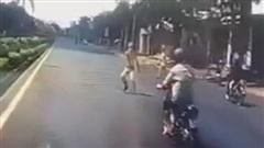 Clip: Người đàn ông mải mê đánh võng cà khịa ô tô đến nỗi không hề hay biết 'cái kết buồn' đang đợi ngay trước đầu xe