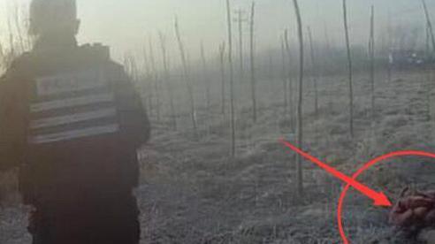 Nhận tin báo về thi thể người phủ đầy tuyết được tìm thấy giữa ruộng, cảnh sát vào cuộc điều tra thì xác chết bỗng dưng tự di chuyển