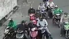 Không thể tin nổi: Người phụ nữ bị nhóm đối tượng dàn cảnh móc trộm tài sản táo tợn ngay giữa ban ngày!