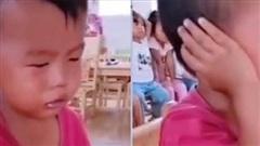 Ngày đầu tiên đi học mẫu giáo, cậu bé khóc lóc chán chê 1 hồi rồi có hành động 'ngoài sức tưởng tượng' khiến ai cũng phải cười bò