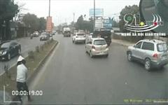 Clip: Cụ bà loay hoay tìm cách sang đường và phút tạm dừng giữa phố đông của người tài xế khiến ai cũng ấm lòng