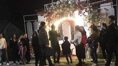 Bạn cô dâu đột nhập vào phòng cô dâu, chú rể lấy trộm cặp nhẫn cưới và hơn 1 cây vàng