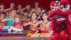 Đội Lân nữ duy nhất ở Việt Nam được kỷ lục châu Á vinh danh và chuyện sáng đi tập chiều vỡ ối đi đẻ của 'bà trùm' múa mai hoa thung từ độ cao 7 mét