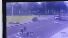 Tai nạn hy hữu: Ô tô phóng vọt lên, đâm thẳng vào cột cờ giữa quảng trường