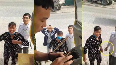 Cặp vợ chồng dọa 'cởi truồng', tay cầm đá và cán chổi bắt tài xế trả 100 nghìn đồng vì đỗ xe trước cửa