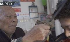 Clip thợ hớt tóc 91 tuổi dùng sắt nung nóng thay cho kéo hơn 70 năm