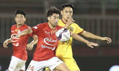 Lee Nguyễn ra mắt, CLB TPHCM thắng trận