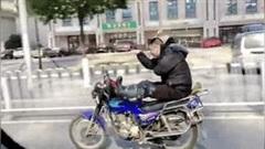 Người đàn ông vừa lái xe vừa 'múa võ' trên đường phố