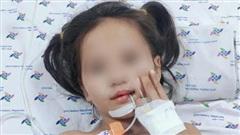 Bé gái 7 tuổi mắc hội chứng rối loạn thần kinh hiếm gặp, mất dần khả năng đi lại và nói cười