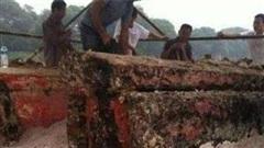 Đào được cỗ quan tài màu đỏ máu khi đang xây nhà, lão nông dân vội đốt bỏ vì sợ xui rủi, cuối cùng chỉ biết thở dài tiếc hùi hụi