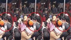 Clip: Nam thanh niên bị hàng chục chị em phụ nữ vây quanh đòi ôm hôn, biết nguyên nhân càng thêm bất ngờ!