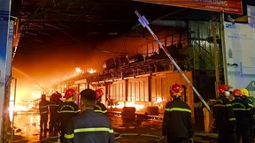 Xưởng vải ở Hóc Môn bốc cháy dữ dội, dập 3 tiếng vẫn chưa thể khống chế