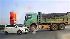 Clip: Xe ben đi ngược chiều còn 'cục súc' ủn ô tô con đi cả chục mét