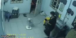 Vụ dùng móc quần áo mở khóa cửa, trộm 2 điện thoại trong 2 phút: Camera tiết lộ hình ảnh 'sốc'