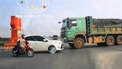 Xe ben cố đi ngược chiều vòng xuyến bị xe con ép lùi