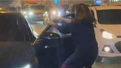 Bạn thân cướp chồng, vợ chặn đầu Mercedes đánh ghen gây náo loạn đường phố Hà Nội