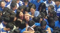 Nghệ An: Hàng trăm thầy cô và học sinh ôm nhau khóc nức nở, biết lý do ai cũng xúc động