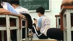 Đứng mỏi cả chân giải Toán mà không tìm ra đáp án, nam sinh ngồi luôn xuống nền bục giảng để làm