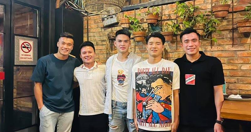 4 'soái ca' bóng đá Việt Nam hội ngộ trong một bức ảnh: Chinh 'đen' có bình luận khiến tất cả cười bò