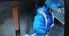 Clip: Nam shipper đi tiểu ngay trong thang máy, sau đó tiếp tục có hành động khó hiểu