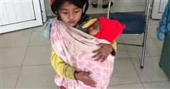 Cảm động hình ảnh chị gái 7 tuổi địu em 5 tháng tuổi đi tiêm phòng: Thông tin của mẹ bé gây bất ngờ