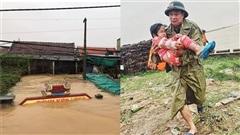 Xúc động khoảnh khắc chiến sĩ công an bế bé gái gãy tay trong cơn mưa lũ Quảng Bình