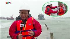 Phóng viên VTV nghiêng ngả chống chọi với từng cơn gió to khi tác nghiệp giữa tâm bão gây chú ý