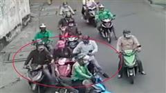 Clip: Nhóm người bao vây nạn nhân dàn cảnh cướp tài sản đầy tinh vi, sẵn sàng ra tay nếu bị phản ứng