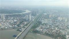Chùm ảnh: Nhiều tòa nhà cao tầng tại TP.HCM chìm trong màn sương mù dày đặc, âm u cả ngày