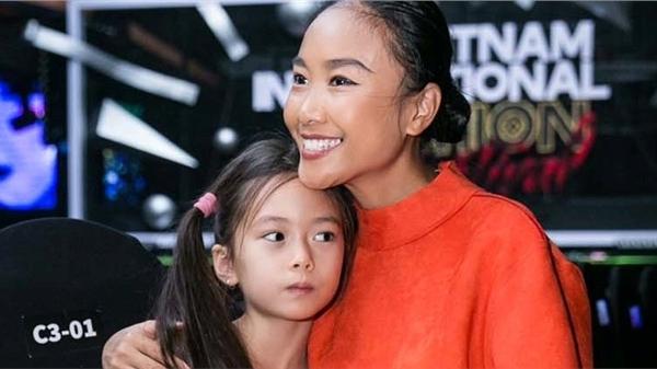 Mẹ con Đoan Trang cùng biểu diễn trên sân khấu Vietnam International Fashion Festival
