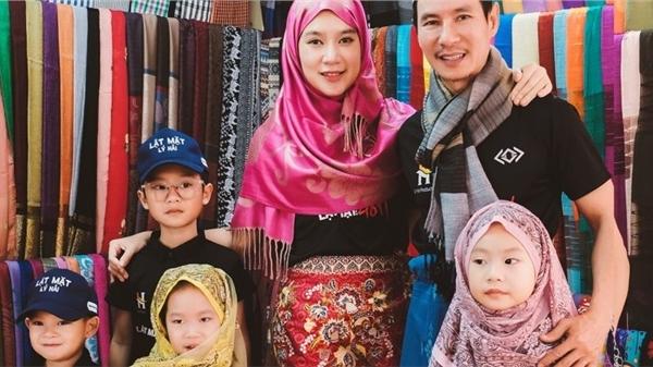 Gia đình Lý Hải - Minh Hà gây 'sốt' khi diện đồ dân tộc Chăm