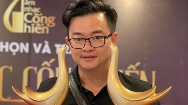 Nhạc sĩ Hoa nở không màu mở màn 2021 bằng 2 cúp Cống Hiến và MV Nhân duyên do trời