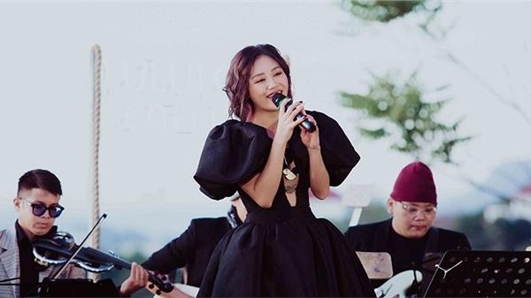 Văn Mai Hương hát live hơn 20 bài, thể hiện loạt ca khúc tiếng Anh và tiếng Hoa điêu luyện