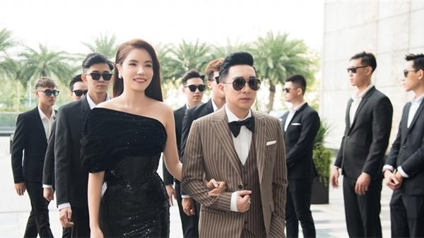 Quang Hà và Kiwi Ngô Mai Trang gây chú ý khi được dàn vệ sĩ hộ tống tới sự kiện