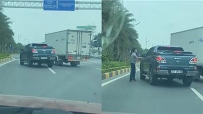 Clip: Màn rượt đuổi của hai xe ô tô trên đường khiến dân tình chỉ trích