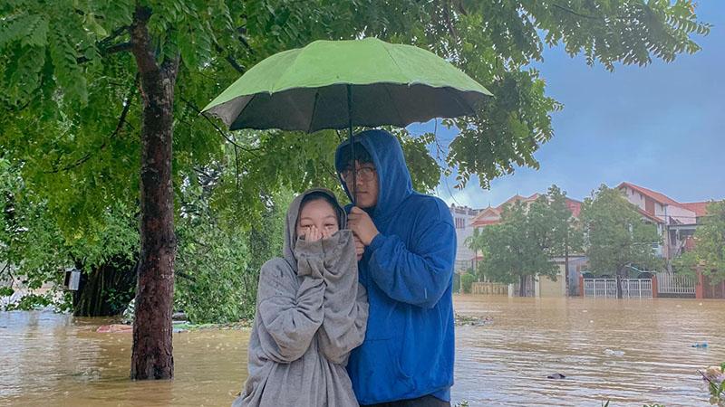 Không liên lạc được với bạn gái vì lũ lụt, chàng trai ở Huế lội nước 5km mang đồ ăn, nước uống đến thăm