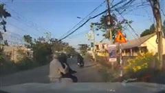 Giựt điện thoại của tài xế ô tô, 2 tên trộm bị truy đuổi quyết liệt, 'cú chốt' khiến tất cả hả hê