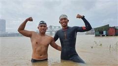 Chuyện lạ khó tin: Nhân viên văn phòng và thầy giáo Việt bơi 200km từ chân cầu Long Biên ra biển Thái Bình trong 2 ngày
