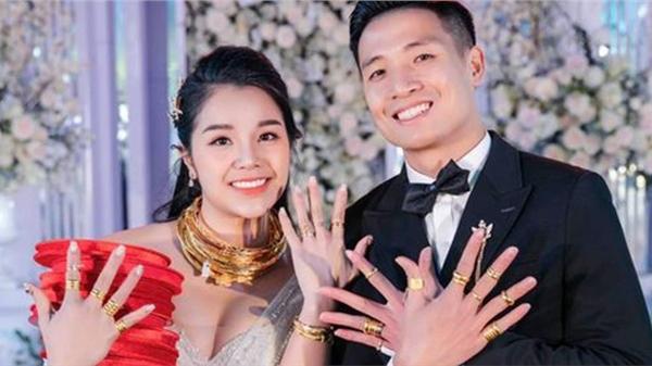 Sau tiệc cưới tại nhà gái, Khánh Linh 'than' của hồi môn nhiều quá không đeo hết vì sức chịu đựng của cổ hơi kém