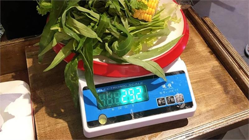 Netizen 'tấn công' nhà hàng buffet ở Đà Nẵng phạt khách 200k vì để thừa 2.9 lạng rau